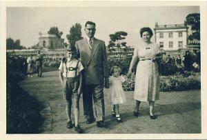 Ewald Griesel neben seinem Vater beim Sonntagsspaziergang mit der Familie über das Gelände der Bundesgartenschau 1955. Im Hintergrund die Orangerie. Foto: Privat