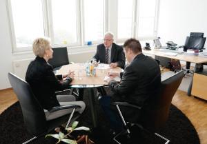 Die stellvertretenden Bernecker-Verlagsleiter Karin Küpper und Björn Schönewald im Gespräch mit Dr. Walter Lohmeier (Mitte). Foto: Mario Zgoll