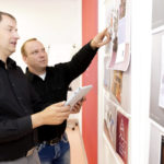 Thorsten Eschstruth und Holger Kraushaar entwickeln individuelle Kundenkonzepte von der Idee bis zum Versand. Foto: Mario Zgoll