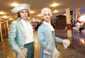 Herzlich willkommen: Formvollendet begrüßt wurden die Gäste des Balls von Mitgliedern des Staatstheater-Ensembles. Foto: Mario Zgoll