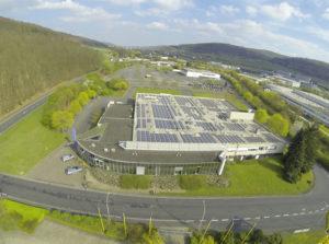 Mit Hilfe der 170.000-Kilowattstunden-Photovoltaik-Anlage auf dem Dach produziert das Bernecker Druckhaus rund zehn Prozent seines gesamten Strombedarfs selbst. Foto Kirchner Solar Group