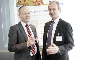 Herbert Wittl (rechts), hier mit AuE-Geschäftsführer Karsten Freimuth, hat seit 2011 eine Firmentochter in Shanghai. Auch ihre Niederlassung wurde dank des Netzwerkes ermöglicht und der Start erleichtert. Foto: Mario Zgoll