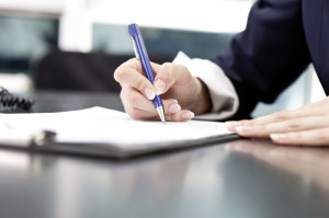 In einem Testament oder Erbvertrag kann ein Unternehmer seine Nachfolge detailliert regeln. Foto: istockphoto.com