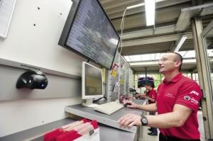 Werkstattleiter Heiko Holl plant alle Werkstattdurchläufe an der digitalen Dispositionswand und hat immer einen genauen Status-Überblick. Foto: Bernd Schoelzchen
