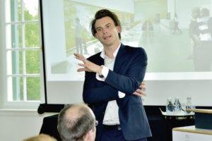 Kilian Kada, Gesellschafter des Aachener Büros kadawittfeldarchitektur, erläutert die funktionalen Zusammenhänge der gerade im Bau befindlichen und ab Mitte 2015 geöffneten GRIMMWELT auf dem Weinberg. Foto: Markus Frohme