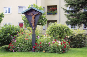 Im Garten der Kunigundis-Kirche herrscht eine entspannende Beschaulichkeit. Foto: Ralph Krum
