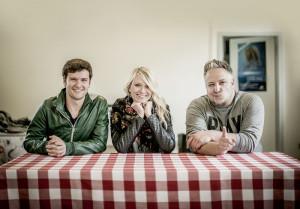 """Kochten gemeinsam für  """"Kochen unplugged"""":  Daniel Grunenberg  und Carolin  Niemczyk von  Glasperlenspiel mit  Fliegende Köche- Chefkoch Christoph  Brand (v.l.). Foto: imageagency"""