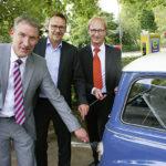 Voll Strom: Regionalmanager Holger Schach, Melsungens Bürgermeister Markus Boucsein und KVG-Vorstand  Dr. Thorsten Ebert betankten gleich mal eines der E-Autos, die im Dienst der Stadt unterwegs sein werden. Foto: Ralph-Michael Krum