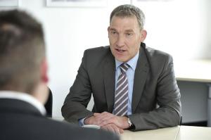 Regionalmanager Holger Schach  im Gespräch mit  Jérôme. Foto: Bernd Schoelzchen