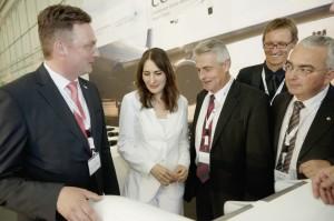 WFG-Geschäftsführer Kai Lorenz Wittrock mit Anja Kohl, Dr. Konrad Joecks (ZF Luftfahrtechnik), Ulrich Spengler (IHK) und Robert Stürzer (Airbus Helicopters) (v.l.). Foto: Mario Zgoll