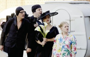 Spielen eine  groteske Familie: Michael Werner, René Spitzer,  Kate Fierley und Leoni Selina  Bäcker (v.l.). Foto: Mario Zgoll