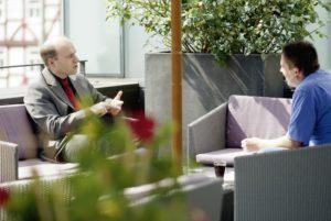 Wirtschaftsforscher  Matthias Sutter (links)  im Gespräch mit  Jérôme-Chefredakteur  Björn Schönewald. Foto: Mario Zgoll