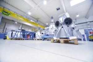 Generalüberholte Gehäuse für Rotorgetriebe des CH 53 stehen für die Endmontage bereit. Foto: Thorsten Eschtruth