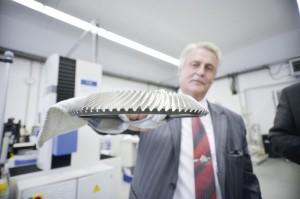 Dr.-Ing. habil Konrad Joecks mit einem in Calden gefertigten Getriebeteil. Foto: Thorsten Eschtruth