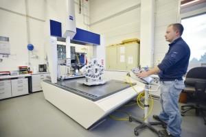 Im Messraum werden alle Teile nach Durchlaufen der Produktion mittels modernster optischer und taktiler Messungsmaschinen auf ihre Genauigkeit hin überprüft. Auf den Mikrometer genau müssen sie passen. Foto: Thorsten Eschtruth