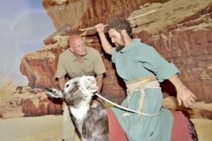 Dr. Kai Füldner (links), Direktor des Naturkundemuseums im Ottoneum, beim prüfenden Blick auf die realistisch umgesetzte Bibelszene Bileams Eselin. Foto: Markus Frohme