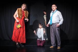 Sie sind sprachlos: Auf (von links) Terry (Frank Böck), Molly (Jeannine Kollatz), Tom (Robin Jäger) und Henry (Klaus Fischbach) wartet eine große Überraschung. Foto: Dirk Lepperhoff