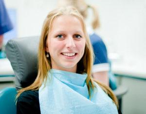 Für schöne und gesunde Zähne kann man einiges tun. Neben der regelmäßigen Prophylaxe  bietet die moderne Zahnmedizin viele  Methoden, um Makel  zu beseitigen. Foto: nh