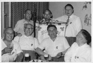 Mit einem oder auch mehreren kühlen Schoppen feierte Willy  Schmidt mit Freunden und dem damaligen Oberbürgermeister  Lauritz Lauritzen (hinten rechts) um 1957 den Zissel. Seinen Zissel. Foto: links: Stadtarchiv Kassel, E 1 0 Zissel bis 60er Jahre Nr. 1, Unbekannt