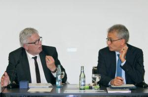 IHK-Hauptgeschäftsführer Dr. Walter Lohmeier im Gespräch mit Tarek Al Wazir (rechts). Foto: IHK/Andreas Nordlohne