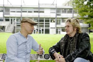 Joel Baumann (links), seit 2003 Professor für Neue Medien und seit 2013 Rektor der Kunsthochschule Kassel, im Gespräch mit Jérôme-Redakteur Jan Hendrik Neumann. Foto: Mario Zgoll