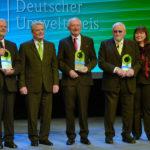 Ehrenvolle Runde: Bundespräsident Joachim Gauck mit den Preisträgern Prof. Peter Hennicke, Prof. Gunther Krieg sowie Hubert Weinzierl und seiner Frau Beate Seitz-Weinzierl (v.l.). Foto: Markus Frohme