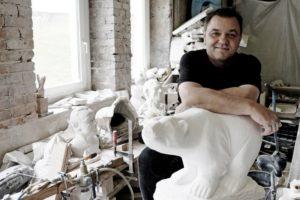 Sigi und seine Bären: Der Kasseler Künstler wird den Göttinger Kragenbären modellieren. Foto: Mario Zgoll