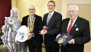 Ein Ehrenritter aus Metall und drei aus Fleisch und Blut: Andreas Fehr, Bischof Prof. Martin Hein und Dieter Michel (v.l.). Foto: nh