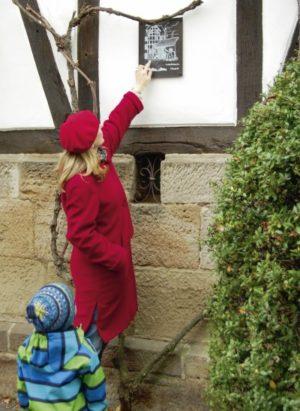 Idylle und viel zu erkunden im Märchenviertel. An die einstige Schmiede, heute Wohnhaus, erinnert eine Gedenktafel. Foto: Ralph Krum