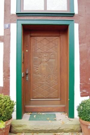 Auch an einigen Haustüren finden sich klassische Motive. Foto: Ralph Krum