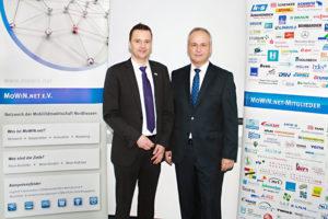 Rainer Volk, Vorstandsvorsitzender MoWiN.net e.V., gratuliert Jörg Paul zur Wahl in den MoWiN.net-Vorstand. Foto: nh