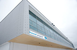 Das neue Logo des Kassel Airport, hier in einer Fotomontage auf dem Terminalgebäude. Foto: Mario Zgoll