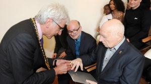 Prof. Blase erhält Wappenring der Stadt Kassel