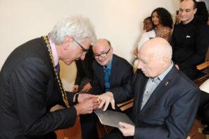 Oberbürgermeister Bertram Hilgen überreicht den Wappenring der Stadt Kassel an Prof. Karl-Oskar Blase. Foto: Stadt Kassel