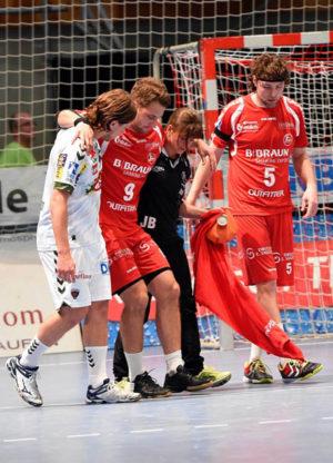 Verletzt wird Spielmacher Patrik Fahlgren beim Spiel gegen die Berliner Füchse vom Feld begleitet. Foto: Hartung