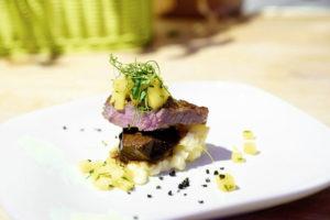 Mit viel Liebe zum Detail richtet Fliegende Köche-Chefkoch Christoph Brand das Ochsenbäckchen an. Foto: Mario Zgoll