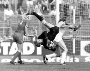 Gerd Welz, hier bei einem Spiel gegen Fortuna Düsseldorf, bewies bei seinen Abwehraktionen neben viel Geschick auch immer wieder viel Mut. Foto: Werek