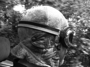 Mit Cabrio-Mütze: Solange es die Gesundheit erlaubte, war Uwe Hertel leidenschaftlich in seinem offenen Spitfire unterwegs. Foto: nh
