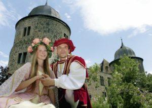Das Dornröschenpaar Rebecca und Andreas ist Repräsentant der Sababurg und zugleich Hessentagspaar. Foto: Sababurg
