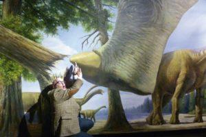 So wäre vor 150 Millionen Jahren vermutlich die Begegnung von Markus Braband (ARTvanced) mit einem Brontosaurus verlaufen. Foto: Jan Hendrik Neumann
