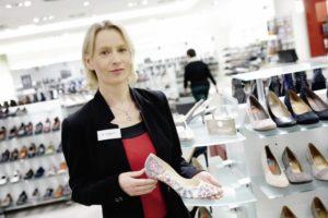 Filialleiterin Bianca Kleemann kennt die Wünsche ihrer Kunden und sorgt mit ihrem Team für eine entspannte Einkaufsatmosphäre. Foto: Mario Zgoll