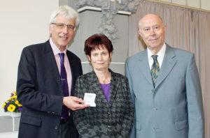Oberbürgermeister Bertram Hilgen sowie Christiane und Dr. Joachim Schröder (v.l.). Foto: Stadt Kassel