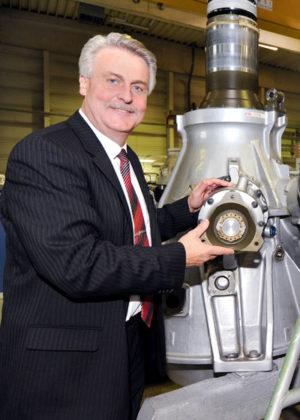 Dr. Konrad Joecks vor dem Helikoptergetriebe des CH 53, einem der Kernprodukte von ZF Luftfahrttechnik im After-Sales-Bereich. Foto: ZF