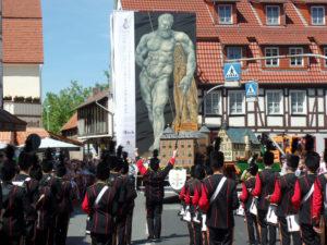 Beim 55. Hessentag in Hofgeismar liefen die 133 Teilnehmergruppen direkt auf das dort präsentierte Monumentalkunstwerk zu. Foto: nh