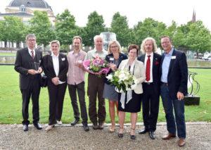 Die Preisträger des Hessischen Tourismuspreises aus Nordhessen: Manfred Ochs (Stadtführergilde Fritzlar), Christine Scholz (Stadtmarketing Fritzlar), Björn Sippel (Landhotel Meißnerhof), Marco Lenarduzzi (Naturpark Meissner-Kaufunger Wald), Ulrike Remmers, Ute Schulte und Markus Exner (GrimmHeimat NordHessen) sowie Lars Bossemeyer (Social-Media Agentur Y-Site) (v.l.). Foto: GrimmHeimat NordHessen