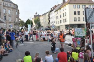 Die launige Poetry-Gesellschaft machte auch an der Karthäuser Straße Halt. Foto: Stadtbüro Friedrich-Ebert-Straße