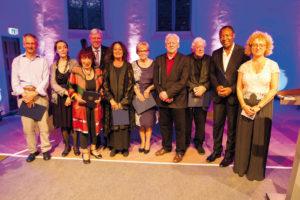 Mit Stolz vergab der Hessische Ministerpräsident Volker Bouffier (4. v. l.) die Auszeichnung an: Roger M.Buergel (documenta 12), Catherine David (dX), E. R. Nele (Tochter des documenta-Gründers Arnold Bode (d1–4)), Ingeborg Lüscher (Witwe von d5-Leiter Harald Szeemann), Liliane Hoet-De Boever (Witwe von Jan Hoet (dIX)), Manfred Schneckenburger (d6 und 8), Rudi Fuchs (d7), Okwui Enwezor (d11) und Carolyn Christov-Bakargiev (d13). Foto: Andreas Weber
