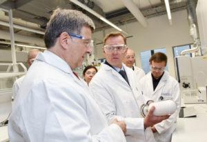 Bodo Ramelow, Ministerpräsident Thüringen (Mitte), und Norbert Steiner, K+S-Vorstandsvorsitzender (links) beim Rundgang durch das AFZ. Foto: nh