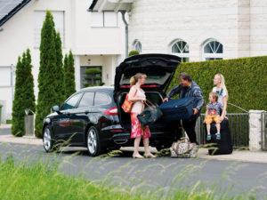 Da kann die Familie gut lachen, einfacher kann der Start in den Urlaub nicht sein. Gepäck einladen, verzurren, losfahren. Foto: Bernd Schoelzchen