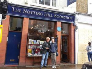 Wo Julia Roberts und Hugh Grant sich näher kamen: Jérôme-Redakteur Jan Hendrik Neumann mit Sohn Niels Neumann vor dem Buchladen im Londoner Stadtteil Notting Hill, in dem die gleichnamige Filmkomödie aus dem Jahr 1999 beginnt. Foto: nh